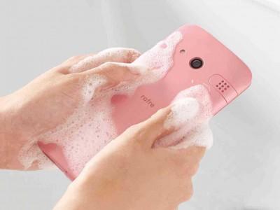 Смартфон Kyocera Rafre можно мыть с мылом