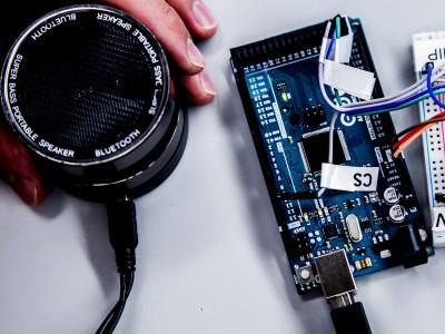 Учёные взломали смартфон при помощи звука